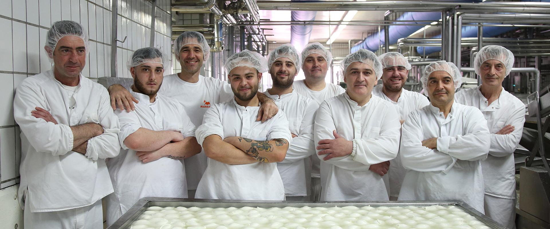 Lavorazione - filatura | Mozzarella di Bufala Mandara