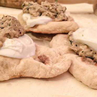 Ricette   Mozzarella di bufala con Naan e Baba Ganoush